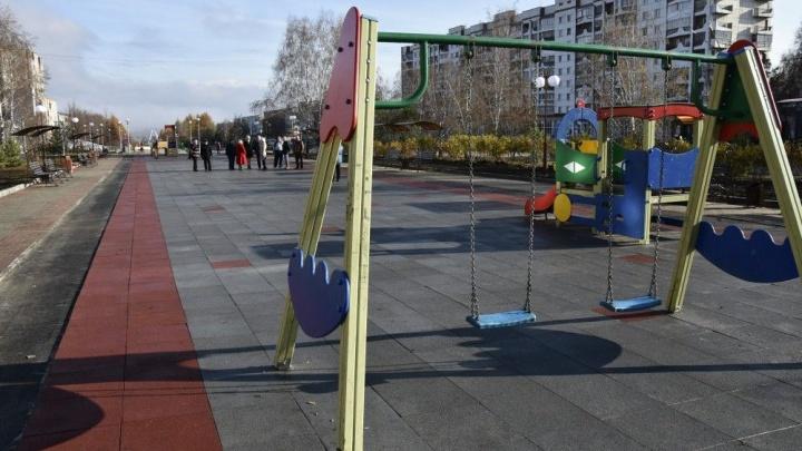 В кузбасском городе сделали яркую пешеходную зону и детскую площадку с мягким полом (фото)
