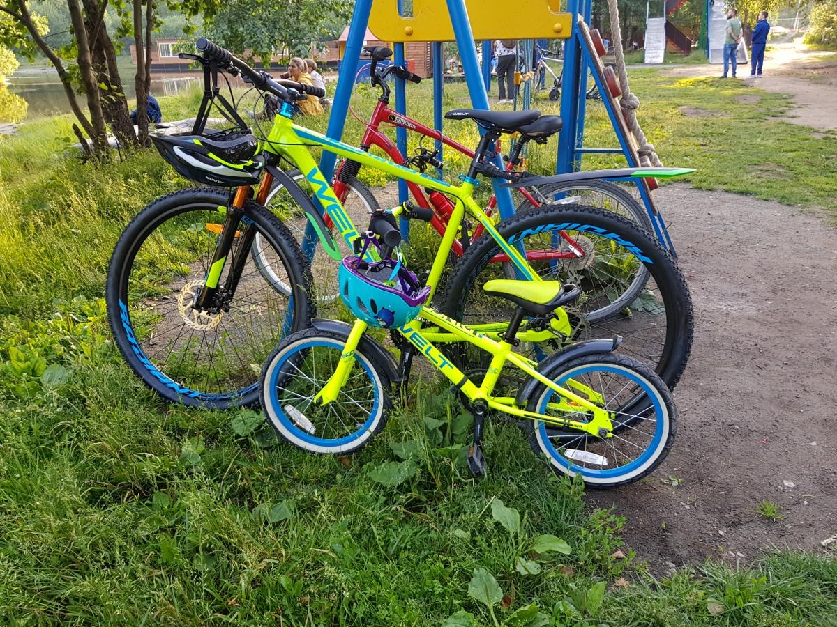 На фото украденные велосипеды — взрослые, зелёного и красного цветов