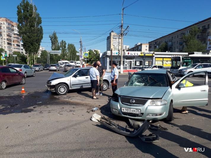 В центре Волгограда произошло ДТП с участием нескольких машин: есть пострадавшие - фото, фото-2