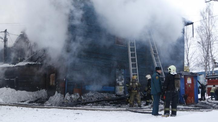 Пожар в «девяностике»: в сгоревшем в Архангельске расселённом доме погиб мужчина