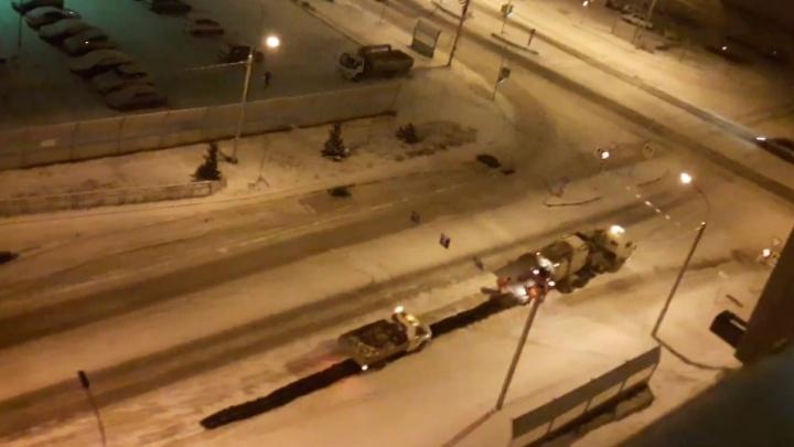 Дорожников вновь застали за укладкой асфальта поверх снега