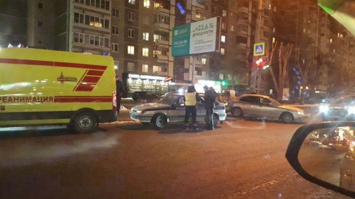 «Три авто раскидало»: на улице Белинского из-за ДТП на перекрёстке выросла пробка