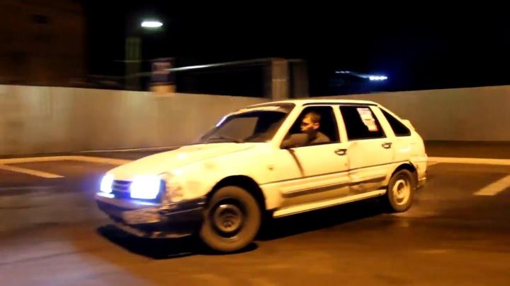 Водители «боевой классики» устроили дрифт-гонки на парковке у «Ленты»