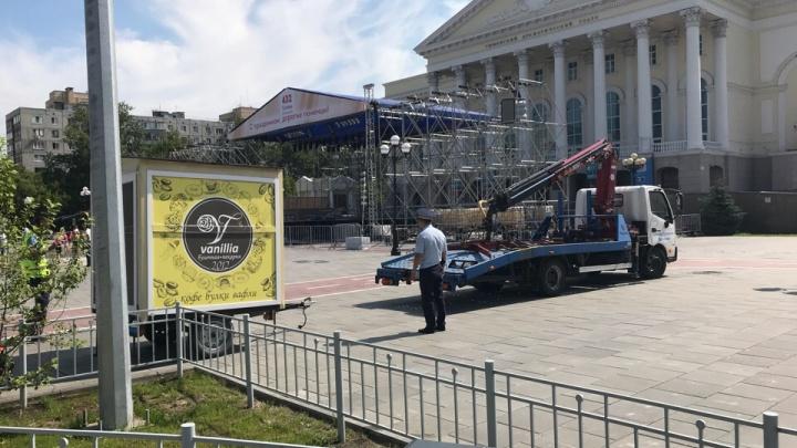 С площади 400-летия Тюмени эвакуировали четыре кофейных ларька на колесах