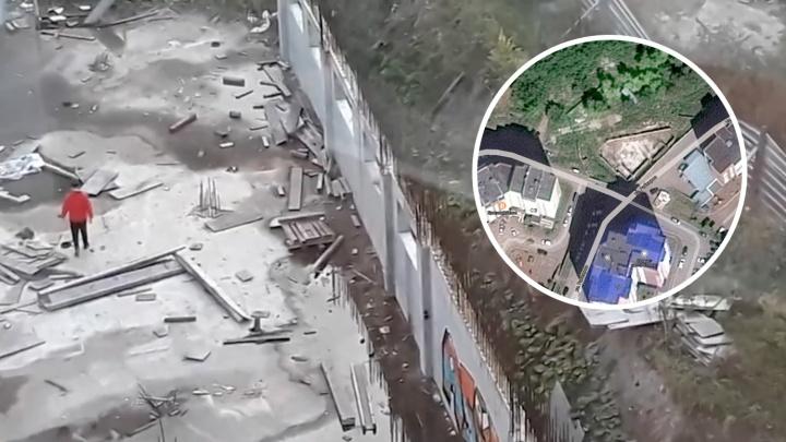 «Арматура, грязь и дети играют»: уфимец снял на видео заброшенную стройку под окнами жилых домов