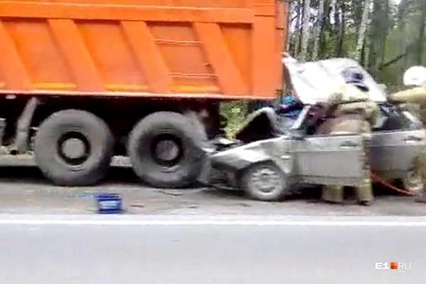 В машине, влетевшей под КамАЗ, ехали два человека
