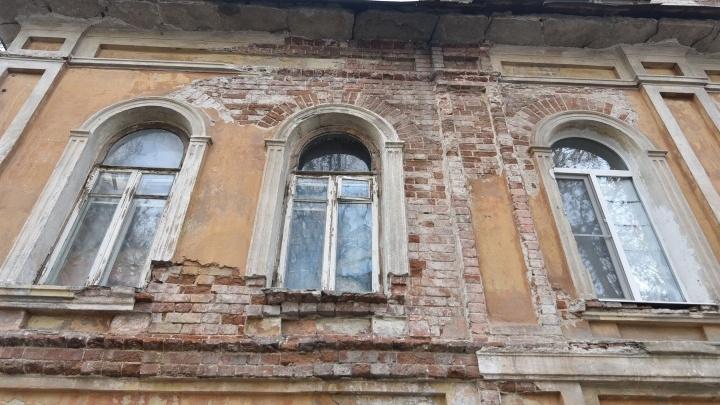 Проклятие старого дома. В Екатеринбурге жильцы напрасно ждут переселения из ветхого памятника