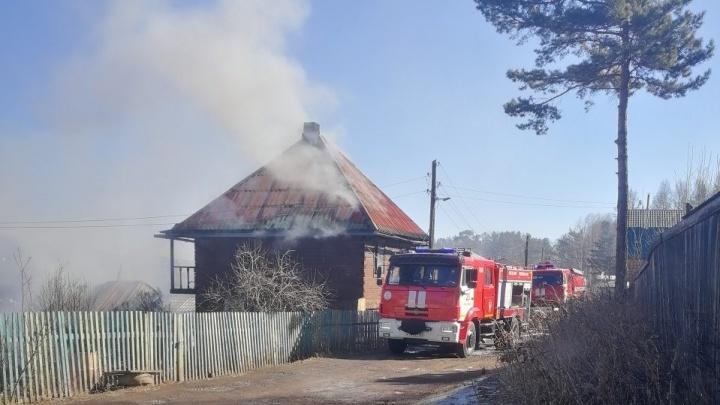 Росгвардейцы вытащили из горящего дома двух женщин