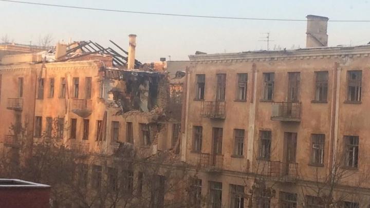 Здание на Первомайской, в котором работал Ельцин, начали сносить