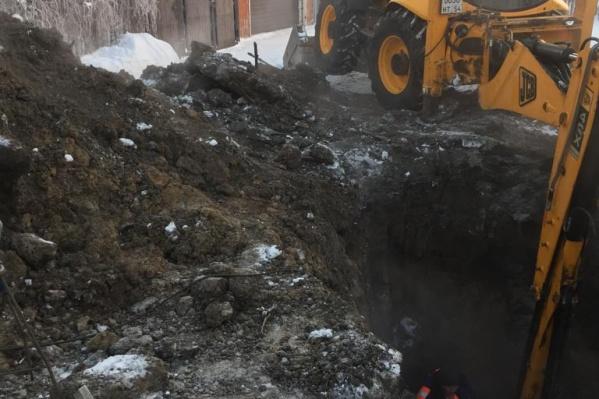 После отказа ремонтников в устранении прорыва водопровода жители двух улиц решили всё сделать за свой счёт