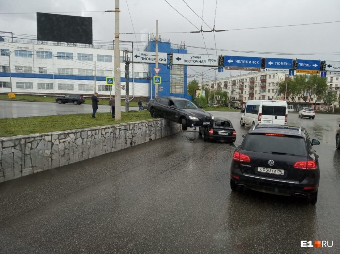 Водитель Daewoo Nexia стал поворачивать из крайнего левого ряда направо
