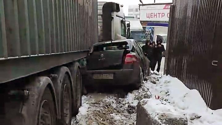 Фура смялаRenault в жёсткой аварии на Фабричной
