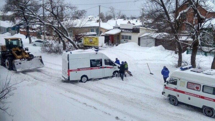 «Вытаскивали трактором»: под Волгоградом две машины скорой помощи застряли в снегу