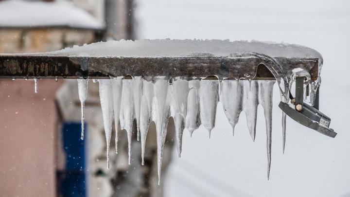 Пермяков предупреждают о сосульках и сходе снега с крыш