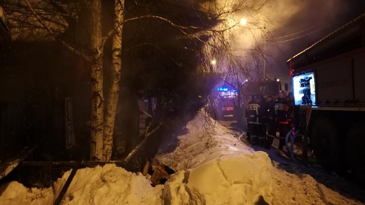 На месте пожара на Лопарева в Тюмени продолжает дежурить бригада скорой помощи
