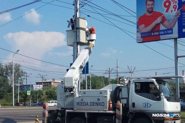 Рабочие продолжают монтировать камеры