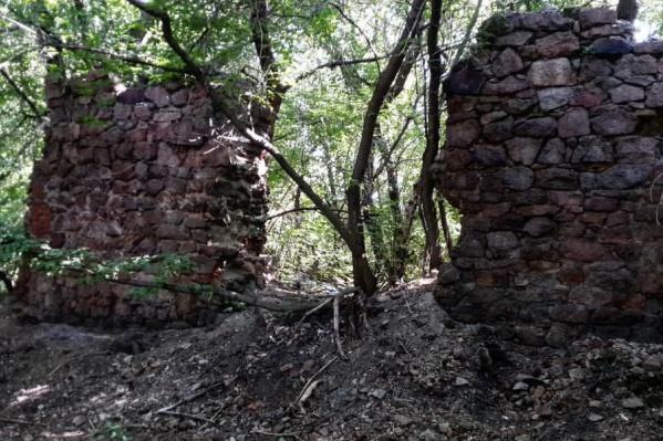 Руины находятся неподалёку от Горского карьера