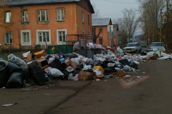 Свалка мусора напротив детсада в Энергетиках
