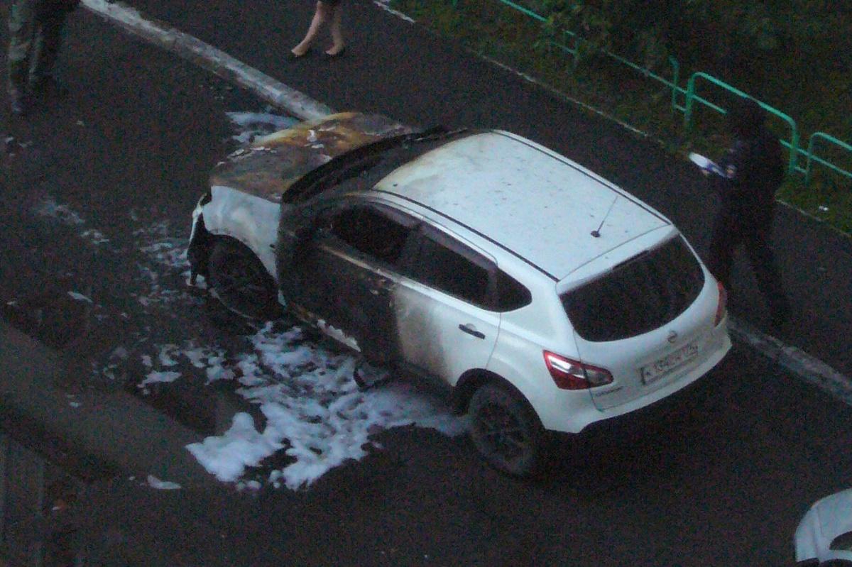 В МЧС считают, что автомобиль подожгли