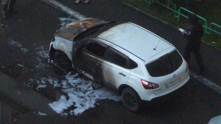 «Предварительная версия — поджог»: во дворе на северо-западе Челябинска сгорел NissanQashqai