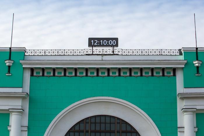 Новое табло на здании железнодрожного вокзала