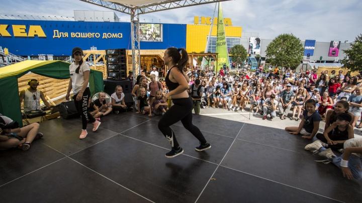 Новосибирцы устроили зажигательные танцы на парковке у «МЕГИ»