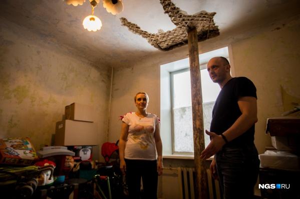 Семья живет в старом двухэтажном бараке, стены которого съедают плесень и грибок