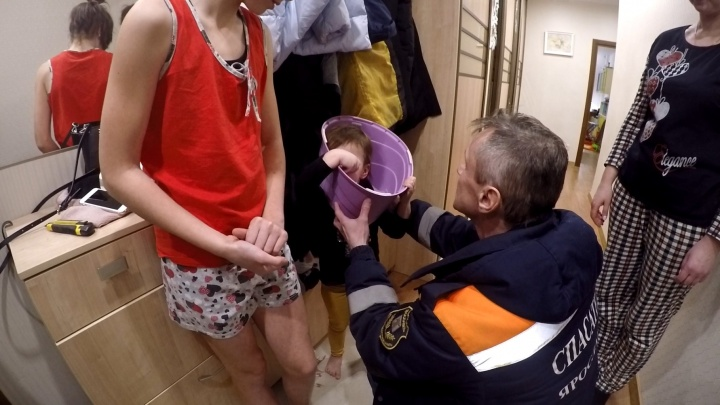 Ярославские спасатели вытащили двухлетнюю девочку, застрявшую в горшке