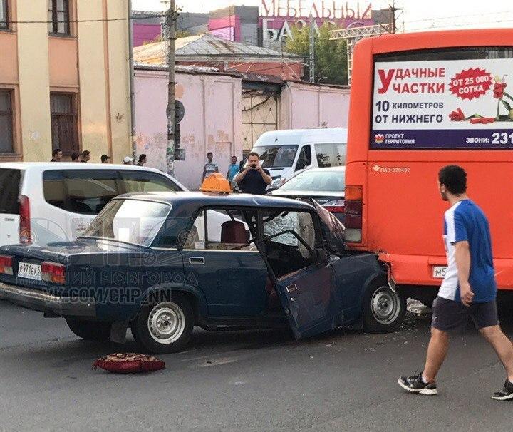 Передняя часть машины попала под маршрутку
