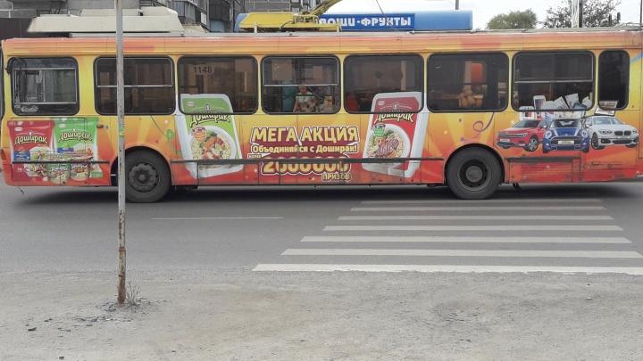 «Вышла в киоск»: челябинка вступила в перепалку с водителем троллейбуса, припарковавшимся на «зебре»