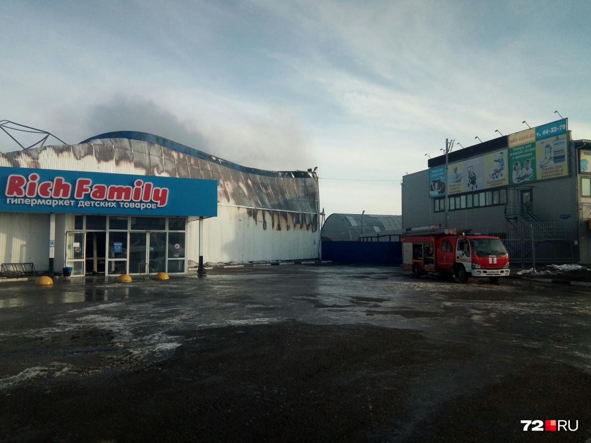Пожар начался ночью. Огонь уничтожил не только товар, но и само здание