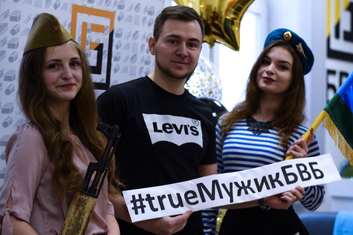 Фильмы для взрослых и хард-рок вечеринка: как в офисах Екатеринбурга поздравили мужчин