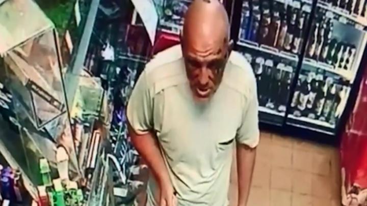 В Волгограде на видео попало разбойное нападение на магазин