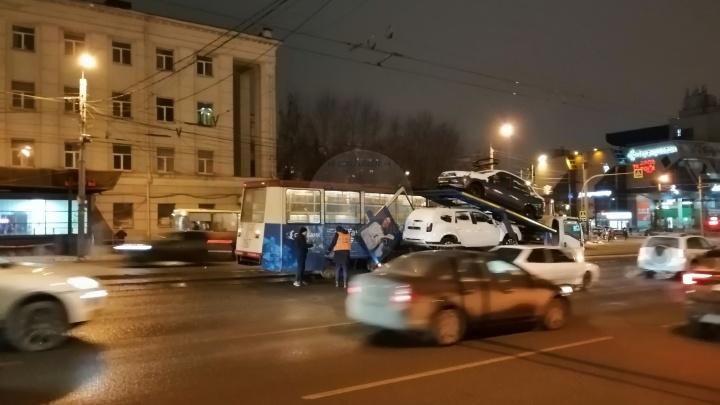 «Теперь как у Lamborghini»: в центре Челябинска автовоз снёс дверь трамваю