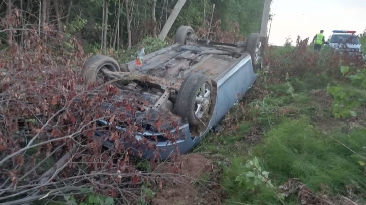 Водителя вытащили из перевёрнутой иномарки: подробности ДТП в Ярославской области