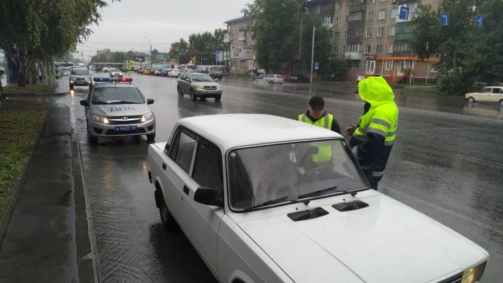 Автоинспекторы-добровольцы поймали на Титова водителя маршрутки без прав