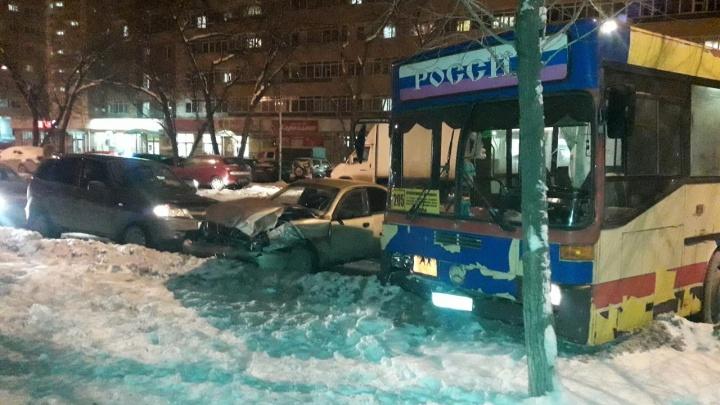 В Перми пьяный водитель без прав выезжал из двора и устроил аварию с автобусом и ещё двумя машинами