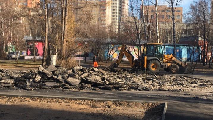В Центральном парке сломали недавно построенную основу для детской площадки