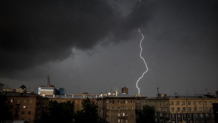 Новосибирцев предупредили о сильных ливнях с грозами