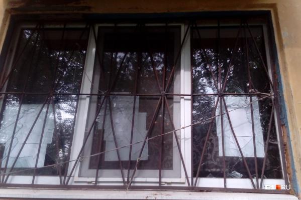 Злоумышленники под покровом темноты расколотили окна в квартире