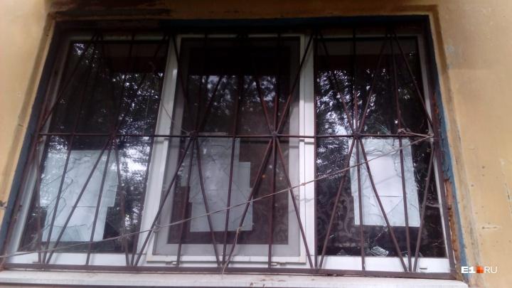 «Натравили коллекторы»: на Сортировке хулиганы разбили окна у должников по коммуналке