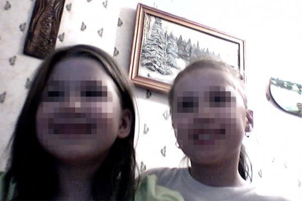 На странице девочки во «ВКонтакте» всего два снимка, на одном из которых она, вероятно, с подружкой или сестрой