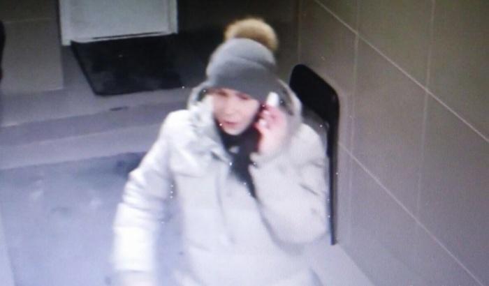 Появляясь в общественных местах, женщина делала вид, что сосредоточенно говорит с кем-то по телефону