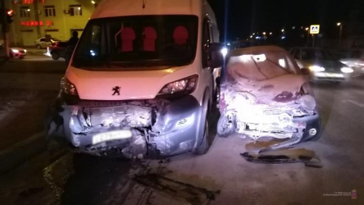 «Бампер в щепки»: в Волгограде молодая женщина устроила аварию с маршруткой