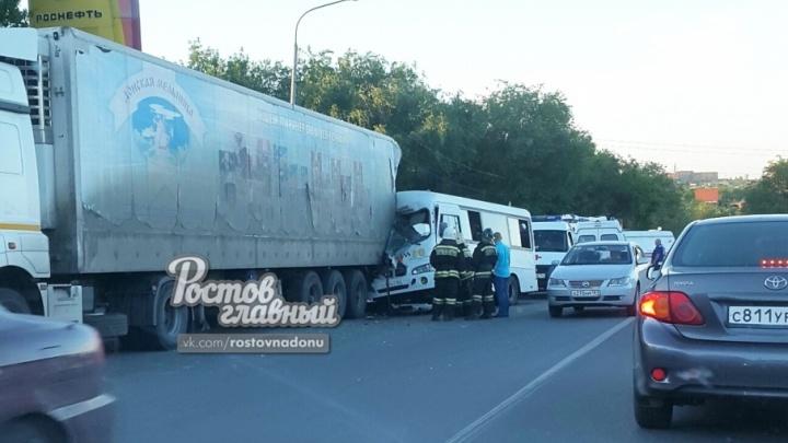 Опасные гонки: в Ростове маршрутка с пассажирами протаранила фуру