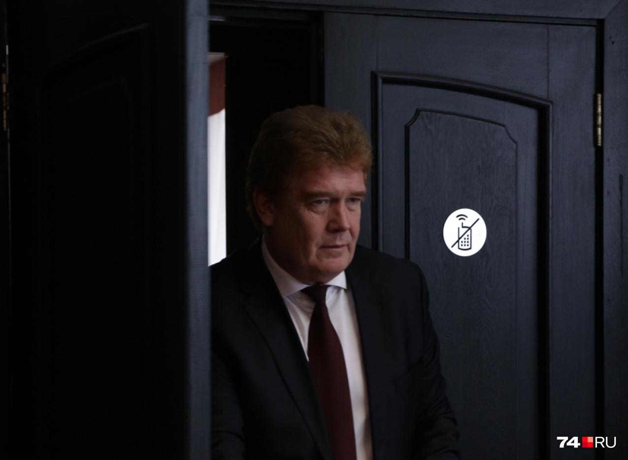 Владимир Елистратов вышел с невозмутимым выражением лица