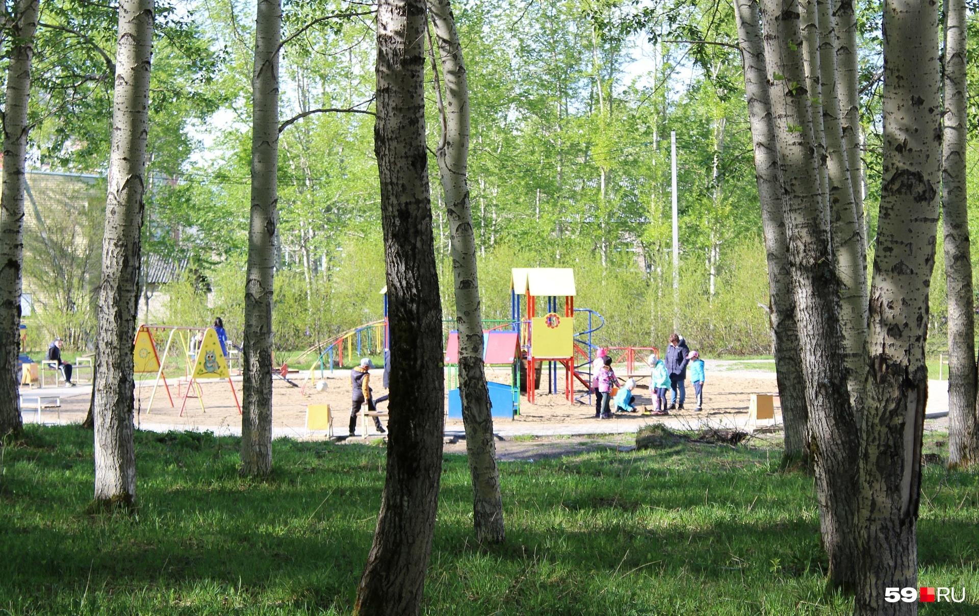 Современная детская площадка. Дети с мамочками, солнышко