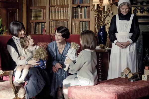 В центре сюжета — визит короля Великобритании Георга V и его супруги Марии в загородный особняк семьи Кроули в Йоркшире