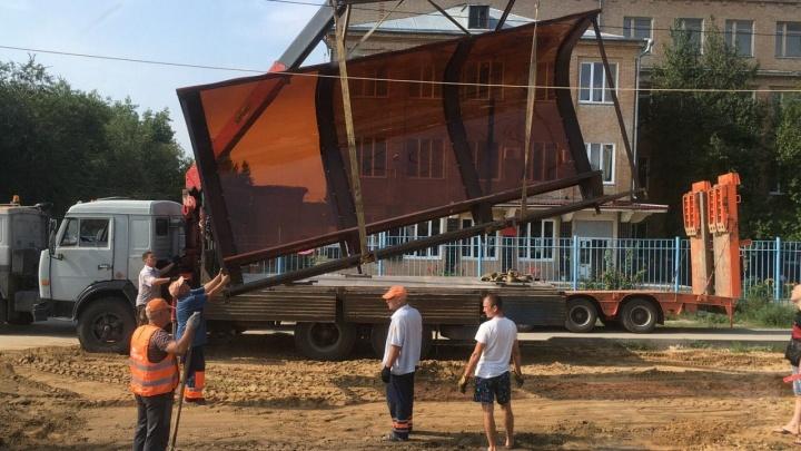 На остановке «Областная больница» в Волгограде начали ставить новый павильон