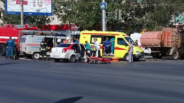 «У таксиста лицо в крови»: на севере Волгограда возникла пробка после аварии такси и мусоровоза